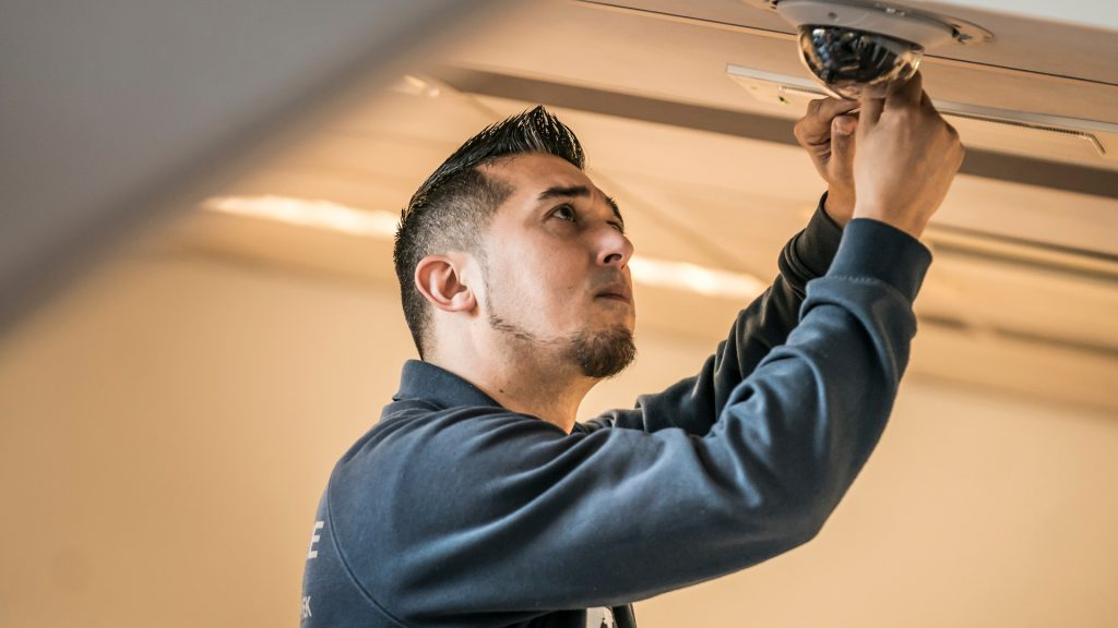 Installatietechnicus Intergarde controleert alarm