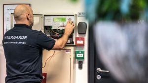 Onderhoud en servicemonteur Intergarde controleert brandmeldinstallatie