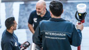 Monteurs Intergarde installeren samen beveiligingsinstallaties