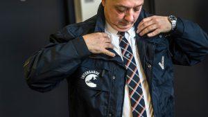 beveiliger Intergarde trekt jas aan